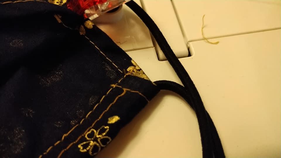 7. 決定口罩的外側,把另一條彈性繩以三卷車縫的方式夾車。