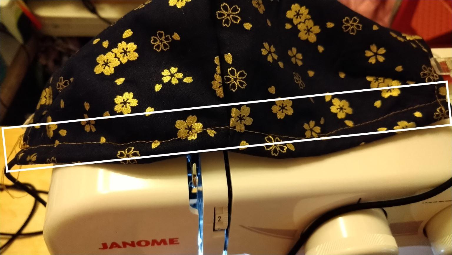 6. 當5.的兩邊都車好,接下來就要把彈性繩在口罩底部夾車。